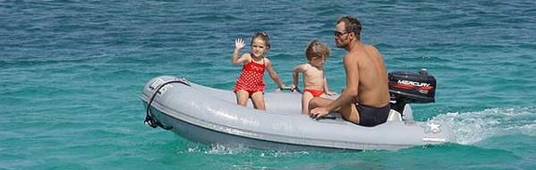 varen met de rubberboot en de kinderen