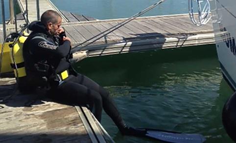 duiker inspecteert onderwaterschip