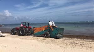traktor waarmee het strand wordt schoongeveegd