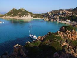 Flottielje zeilen in Sardinie en bezoek de mooie baai Cala Corsara