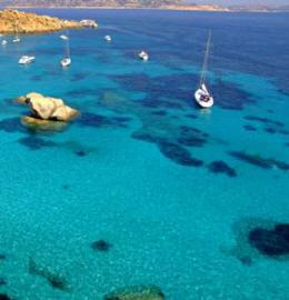 Zeilen in Sardinie bij het eiland Spargi